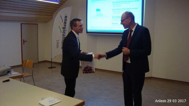 Der Präsident der Energieallianz bedankt sich beim Referenten für den Vortrag